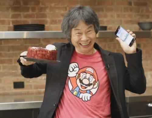 Shigeru Miyamoto Shows Everyone You Can Play Super Mario Run And Eat Cake At The Same Time