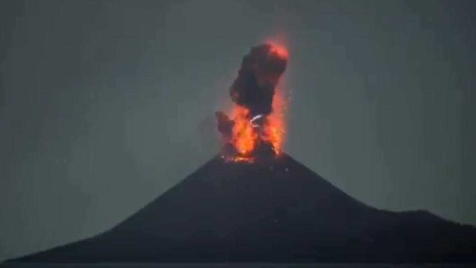 Video] India's Krakatoa Volcano Spews Large Plume of Ash as high as 500m