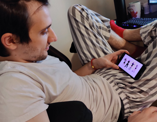 Arteezy watching Blackpink on his phone