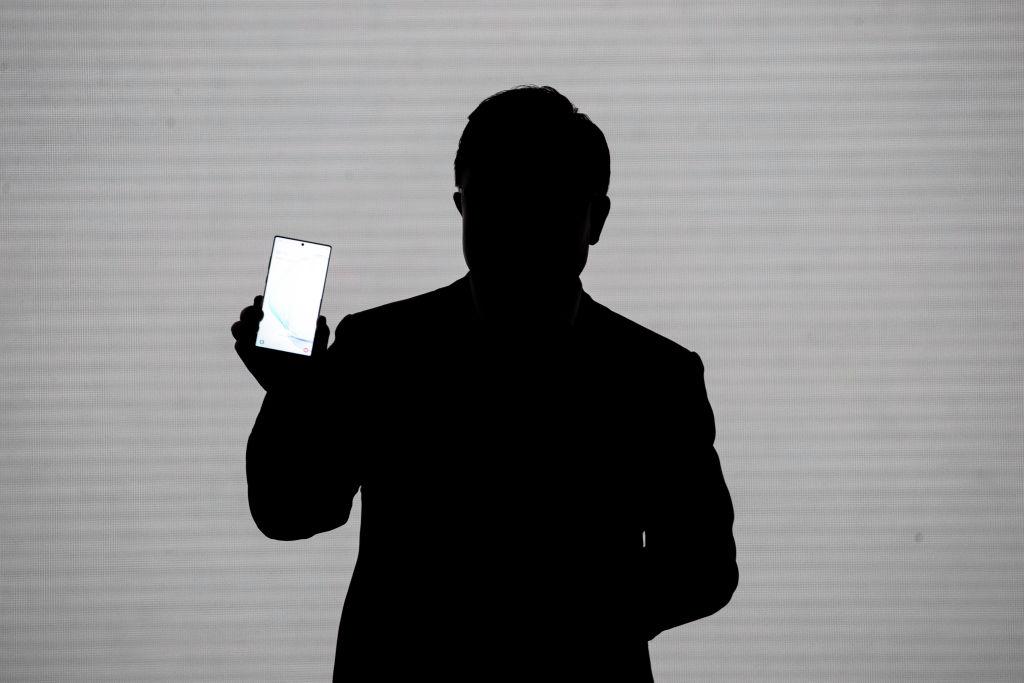 iPhone 13 vs Galaxy S22: New Leak Reveals Samsung's Insane 200MP Camera Lens!