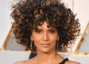 Halle Berry (who doesn't appear like ageing, at all) has flared up comparisons to the late Whitney Houston and much chatter on social media with her new hairstyle in Oscar.